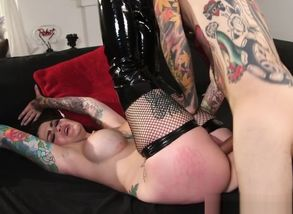 Curvaceous goth stunner gets her..