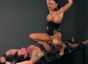 Stellar Domme luvs taunting her victim..