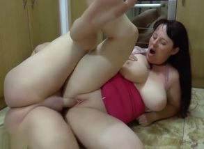 plus-size stepmom gives footjob