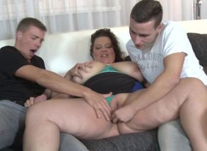 Mature huge mom penetrated by 2 nubile..